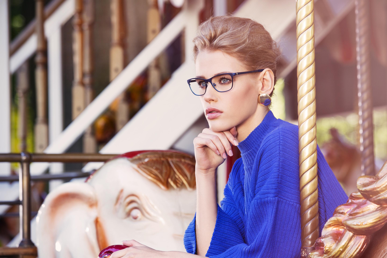 Woman wearing Bellinger Sand-1 metal eyeglasses in purple.