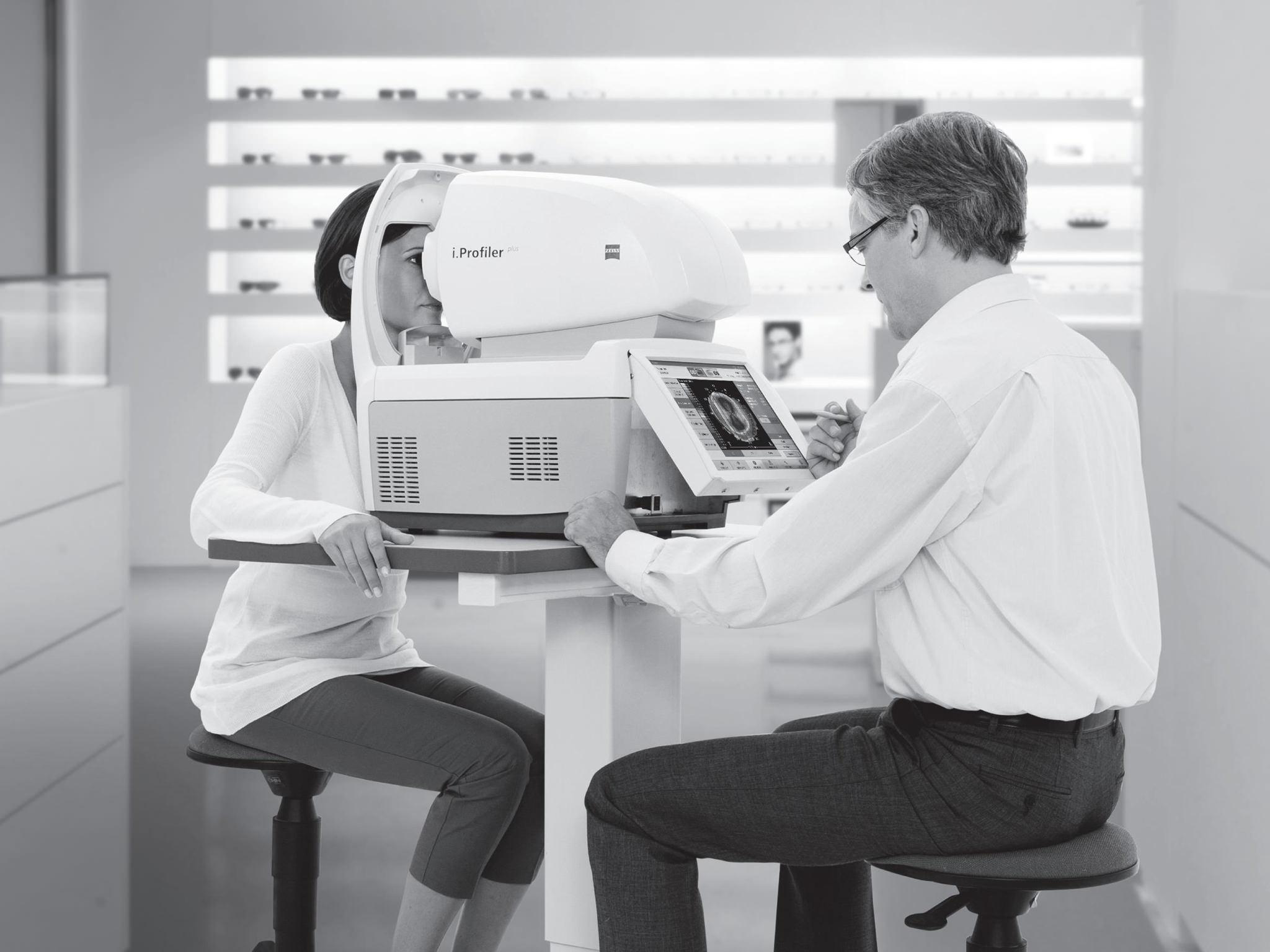 An optometrist performs an autorefraction using i.Profiler plus.